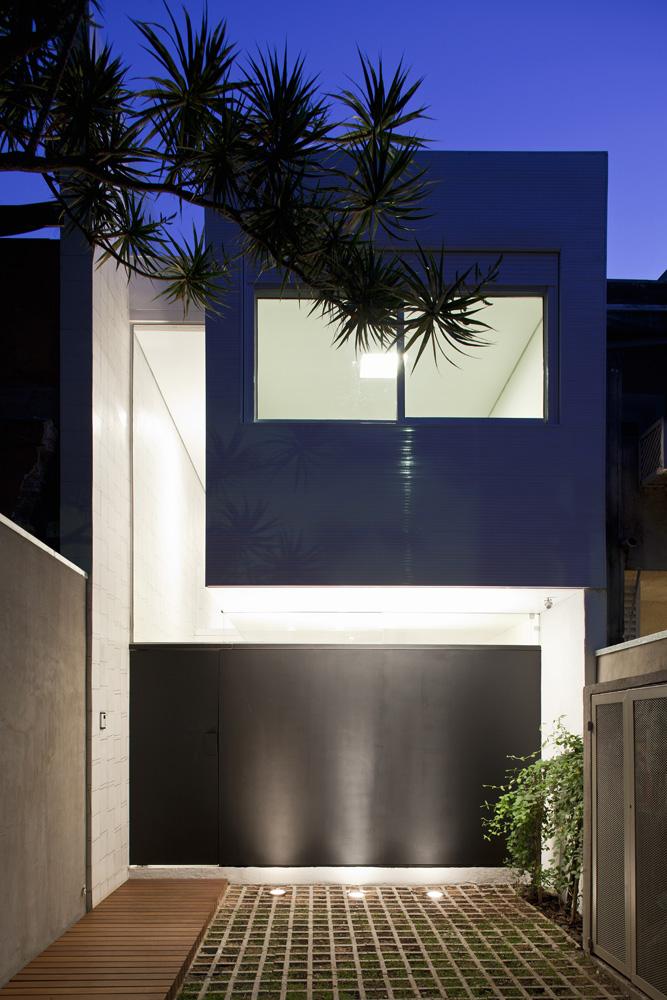 10 pr mio jovens arquitetos obra constru da men o for Casa minimalista historia